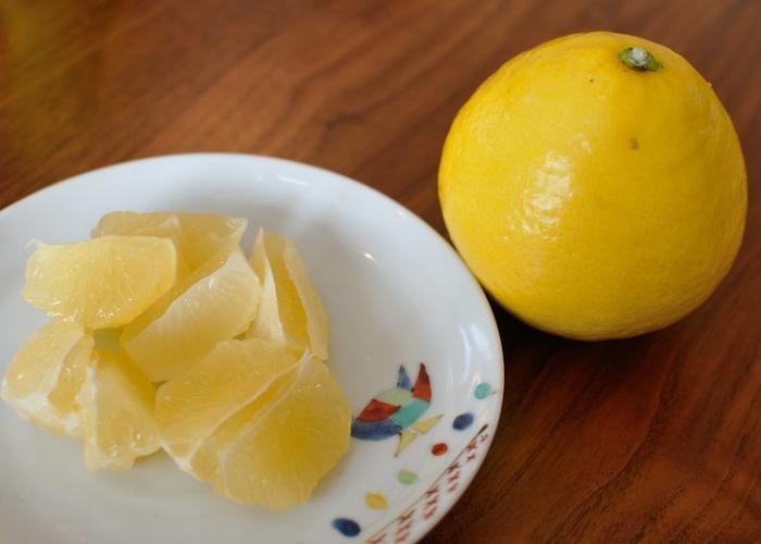 Hyuganatsu citrus fruit grown in Miyazaki, one whole fruit next to a plate of citrus segments
