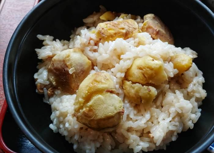 Rice topped with roasted chestnuts