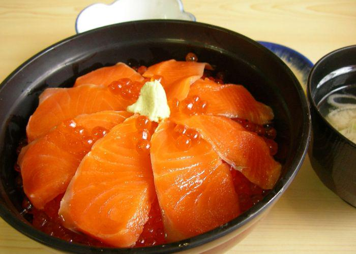A bowl of Harakomeshi, pink salmon and salmon roe over rice