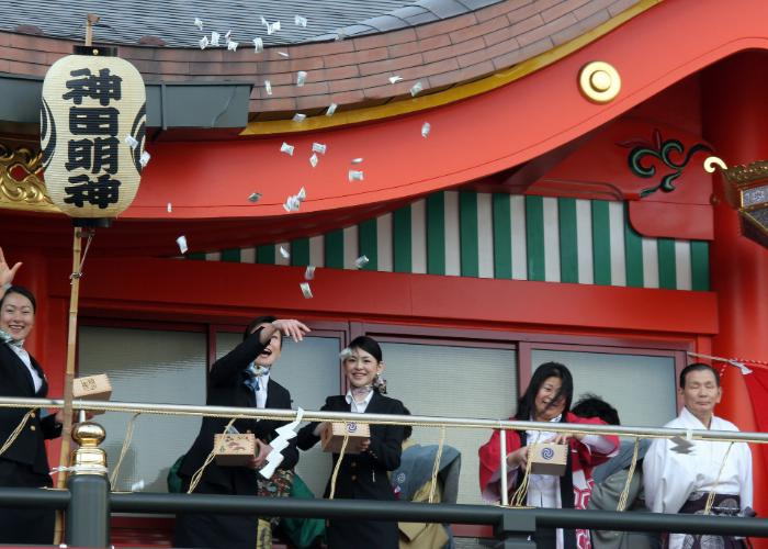 People are throwing beans happily on the stage in Kanda Myoujin Shrine.
