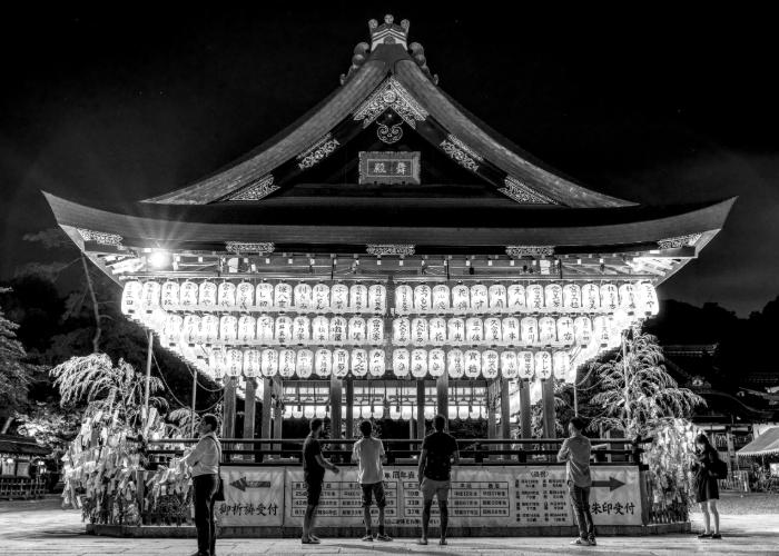 yasaka-shrine-black-and-white