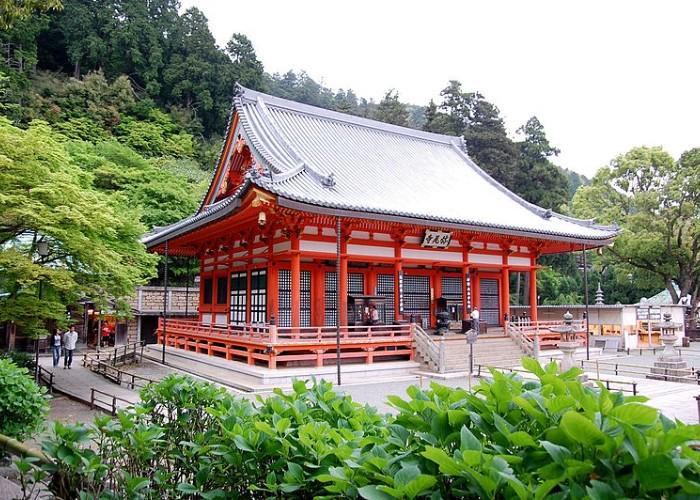 Osaka cherry blossom viewing spot, Katsuo-ji Temple