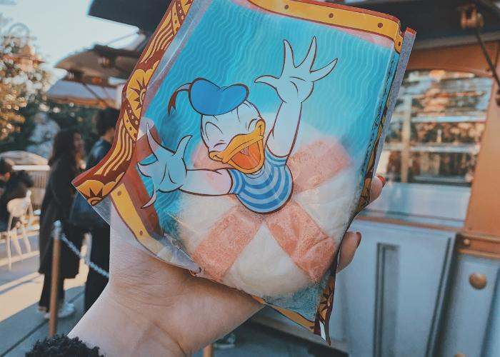 Ukiwah bun is wrapped with Donald Duck plastic packaging. The packaging displays the illusion of Donald Duck in a buoy.