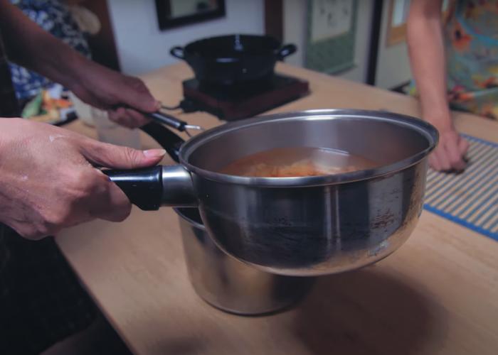 Making Japanese soup stock, dashi
